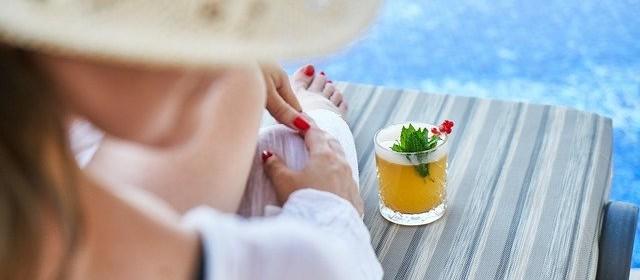 Femme détente au bord de piscine